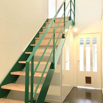 かわいいグリーンの階段で2階へ〜※写真は2階反転間取り・別部屋のものです