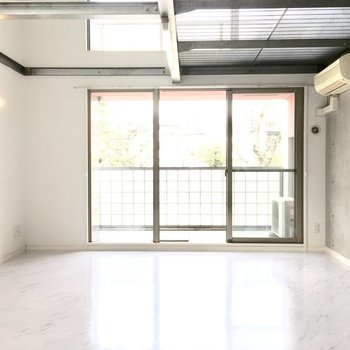 大理石風の床に壁は打ちっぱなしのモダンなお部屋!※写真は2階反転間取り・別部屋のものです