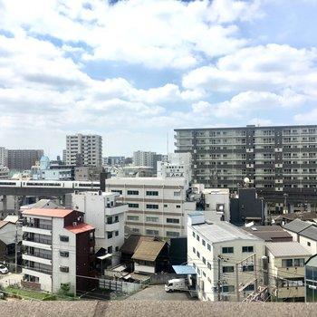目の前に高い建物がなく気持ちいい〜!近鉄線が見えますよ。