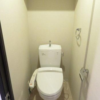 トイレは温水洗浄便座付き。※写真と文章は12階の同間取り別屋のものです。