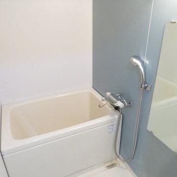 お風呂も綺麗ですね。浴室乾燥機付きです。※写真と文章は12階の同間取り別屋のものです。