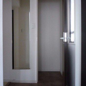玄関には大きな収納と姿見ガラスが嬉しいです(※写真は12階の同間取り別部屋のものです)