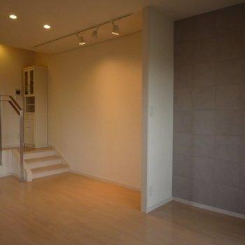この壁の色がアクセントに(※写真は12階の同間取り別部屋のものです)