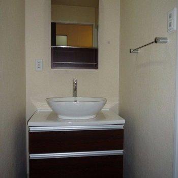 洗面台もスタイリッシュ(※写真は12階の同間取り別部屋のものです)