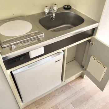 ザ・コンパクト!冷蔵庫、小さいながらにちゃんとありました。(※写真は3階の反転間取り別部屋のものです)