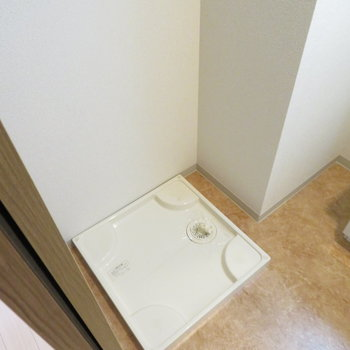 その横には洗濯機置き場が(※写真は1階の同間取り別部屋のものです)