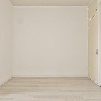 【LDK】大きめの家具ははっきりした色合いでまとめると安定感が出ますよ。