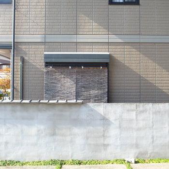 【洋室(南向き)】もうひとつの窓の外は、戸建ての玄関へつづく道。