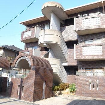 静かな住宅地のマンション。入り口の形が個性的ですね。