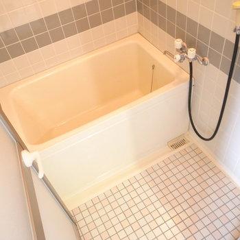 お風呂は昔ながらのもの。でも追い焚き機能つきなんです!