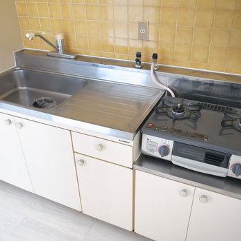 キッチンにはすでにコンロがありました!作業スペースもあってお料理しやすい。