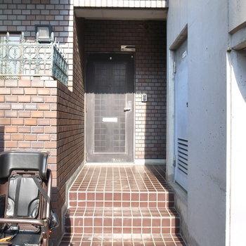 【共用部】マンションの入り口すぐにお部屋があります。右手の陰に、
