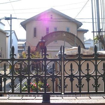 【洋室(南向き)】眺望はマンション前の通り。一応柵が目隠しになってくれています。