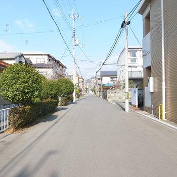 【周辺環境】駅からは、ほとんどこちらの道を直進してあとは左へ曲がるだけ。自転車ですいーっと行き来できます。