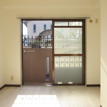 【洋室(南向き)】まずはこちらの洋室。1階ですが、日差しがよく入ってきてました!
