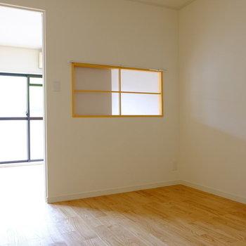 【前回募集のお部屋です】室内窓にはカーテンレール付き