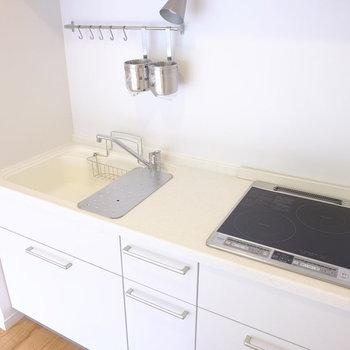 【前回募集のお部屋です】キッチンは贅沢仕様です!しかもIHなので掃除がしやすい…!