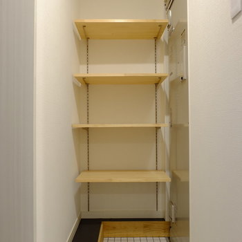 【前回募集のお部屋です】玄関は土間仕様になっており広々。奥の棚は可動式!