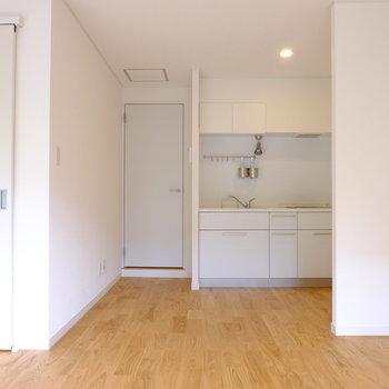 【前回募集のお部屋です】やんわりとキッチンスペースとリビングが分かれています