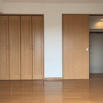 【洋室】左のドアはクローゼット。右の奥に見えているのが玄関です。