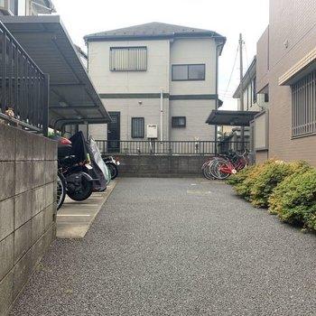 そのそばにもう1つ。こちらにはバイクも置けます。