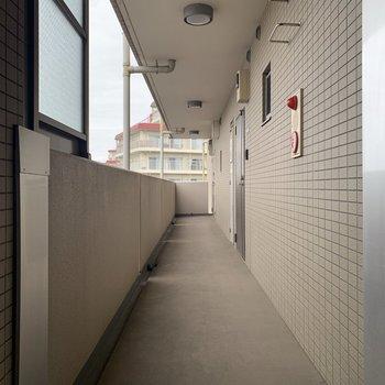 共用廊下はすっきりと使われていて綺麗です。