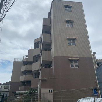 どっしりした外観の6階建ての建物。