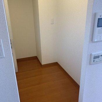 シンクの向かいには冷蔵庫など家電を置けそうなスペース。