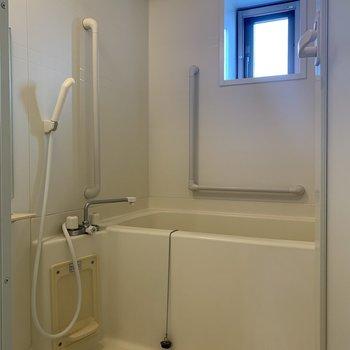 お風呂場にも小窓があります。ベランダ側なので、開けても人目は気になりませんね。