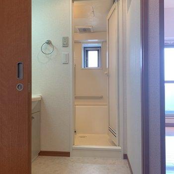 サニタリールームは清潔感のある色合いでシンプルです。