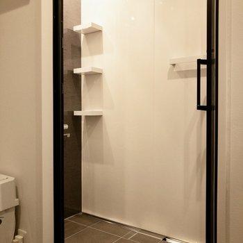 落ち着いた雰囲気のシャワールーム
