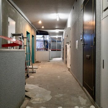 共用廊下です※写真は工事中のものです