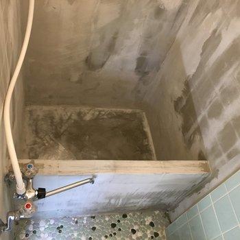 シャワールームは大胆にもむき出しのコンクリート!