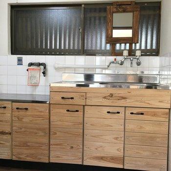 手作り感のあるほっこりするキッチン。洗面台として使えるように鏡つきです