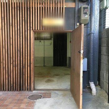 ドアを開けると最初に土間があり、その奥にお部屋があります
