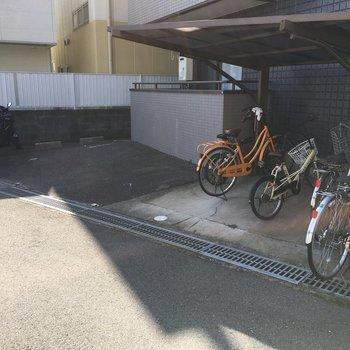 駐輪場はマンションの右側にあります。