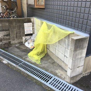 ゴミ捨て場は敷地内に。