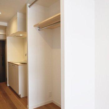 オープン収納なので、キッチンとの動線もスムーズですね。
