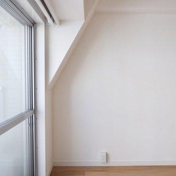 一部壁から天井にかけて特徴的な形に。ベッド窓際の場合は頭上注意ですね。