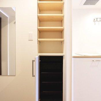シューズボックスは扉付きの下段と上部はオープンに。鍵など置いても良いですね。