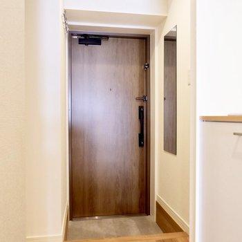 玄関はモルタル調になっています。