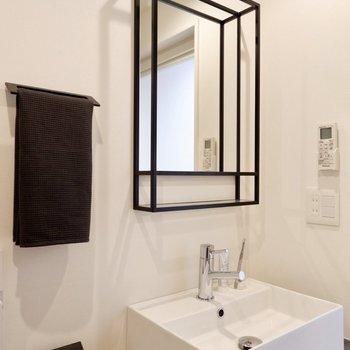 【間取り反転】鉄枠の様な鏡やタオルホルダーが空間を引き締めます。