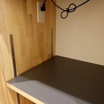 【間取り反転】棚は高さ調整が可能です。家電のサイズに合わせられますね。コンセント付き。