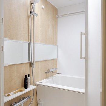 【間取り反転】特に照明がスタイリッシュな浴室です。