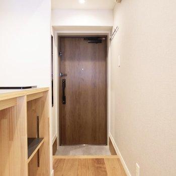 お部屋の雰囲気に合ったウッド調の玄関ドア