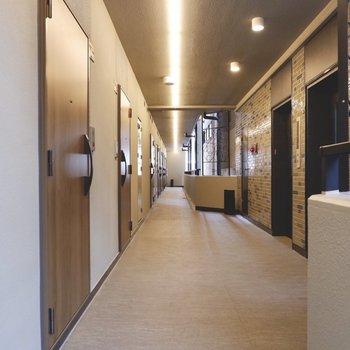 シンプルでありながらデザインが散りばめられた共用廊下です。