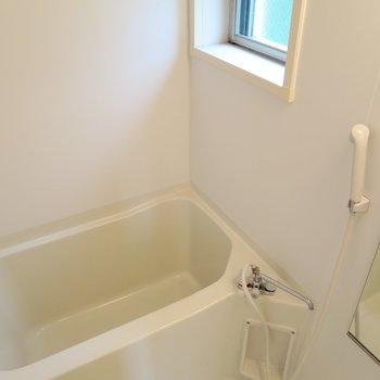 小窓付きのお風呂は気持ちいいね。(※写真は2階の同間取り別部屋のものです)