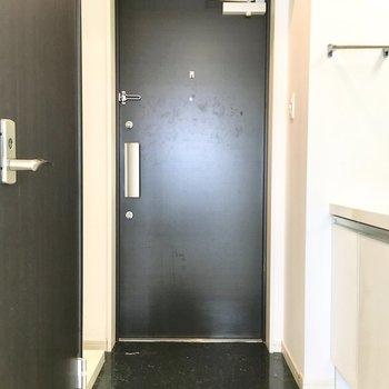 水回りが集まった玄関です。(※写真は11階の同間取り別部屋のものです)