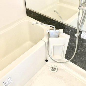 大きな鏡付きでサーモ水栓。使いやすい。(※写真は11階の同間取り別部屋のものです)