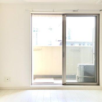 南向きのお部屋が白の内装でさらに明るい空間へ。(※写真は11階の同間取り別部屋のものです)